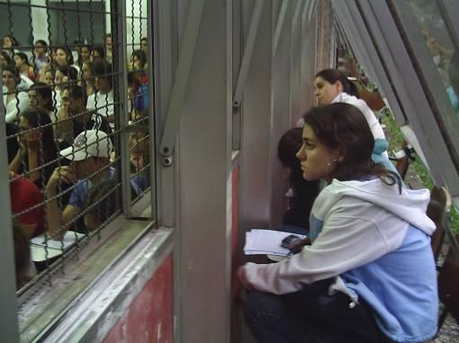Lotação na Letas faz alunos assistirem aula do lado de fora